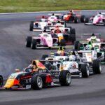 Heiße Phase im Titelkampf der ADAC Formel 4 powered by Abarth: Nach den Läufen auf dem Lausitzring ist Jak Crawford dem Briten Jonny Edgar auf den Fersen